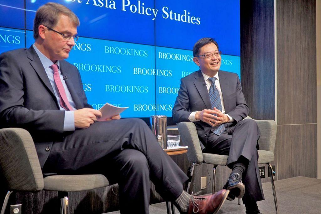 BERDIALOG: Encik Heng (kanan) bersama Felo Kanan kumpulan pemikir, Brookings Institution, Encik Jonathan Stromseth. - Foto MOF