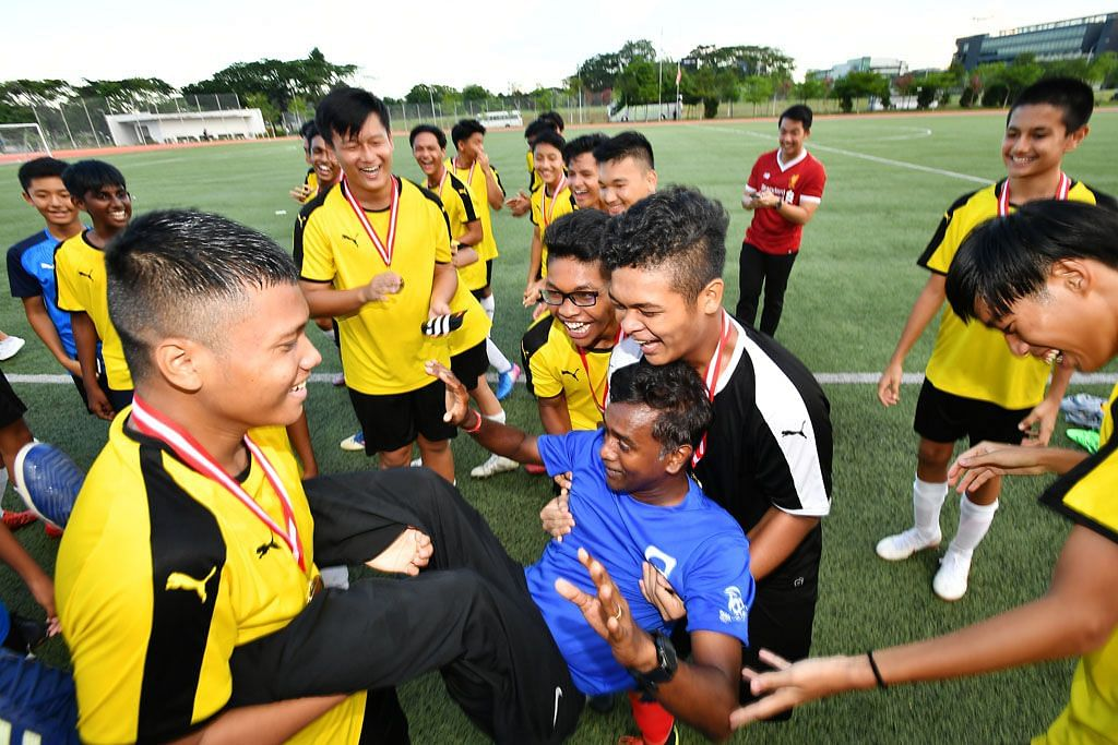 Pasukan bola sepak Sekolah Menengah Guangyang juara Divisyen B