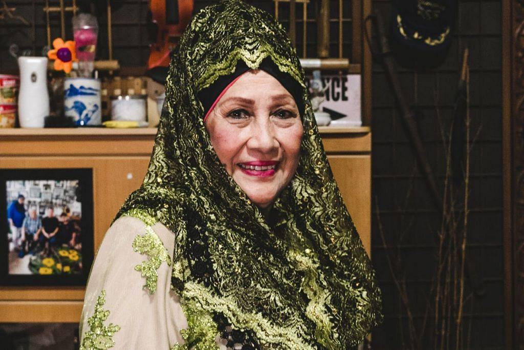 KENANG DETIK MANIS: K. Fatimah (atas) menyifatkan pengalaman singkat bergelar bintang filem di bawah terbitan Malay Film Productions (MFP) sebagai bermakna kerana di situlah beliau bertemu teman seperti seniwati Zaiton dan Allahyarham P. Ramlee yang dianggap seperti keluarga sendiri. Gambar atas ialah semasa mudanya apabila beliau turut digelar 'ratu kebaya' dengan bakatnya dicungkil selepas dipelawa bagi satu sesi uji bakat lakonan selepas memenangi peraduan ratu kebaya sebanyak dua kali di Singapura dan Johor Bahru. - Foto BH oleh KHIDHIR ASYRAF MAHBOB & Foto ihsan Foto K. FATIMAH