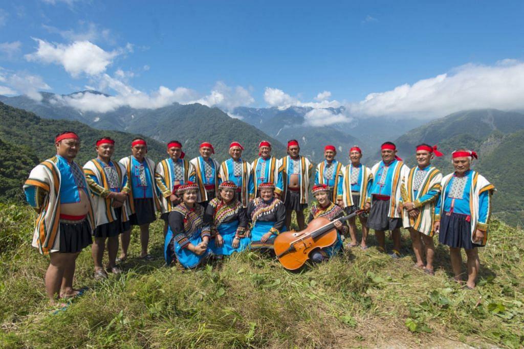 SUARA DARI GUNUNG: Kumpulan puak Bunun dari gunung Taiwan bergabung tenaga dengan pemain selo Cik Annie Chang (barisan pertama, paling kanan) akan membuai anda dengan lagu yang menyampaikan kisah pemburuan haiwan atau menuai padi. - Foto ESPLANADE