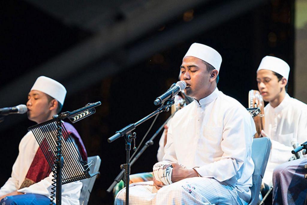 DIGERAKKAN GENERASI MUDA: Kumpulan Qasidah Al Khidmah (atas) terdiri daripada belia berusia 30 tahun ke bawah yang minati muzik keislaman. - Foto ESPLANADE