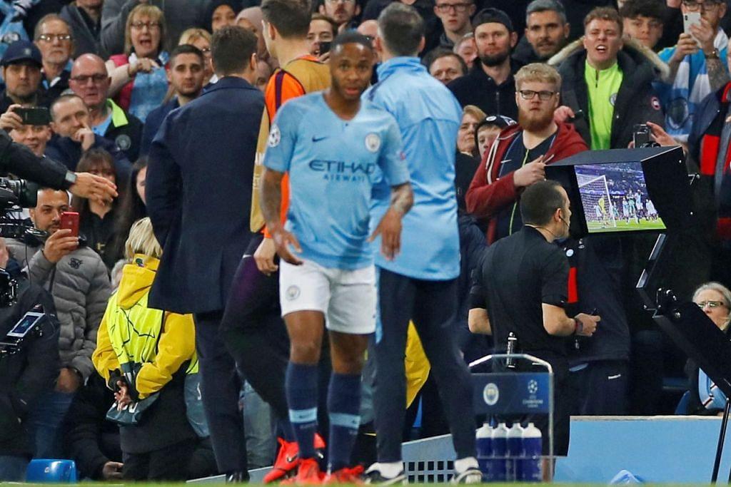 PERANAN VAR: Pengadil Cuneyt Cakir menyaksikan video VAR sebelum memberikan gol kepada Tottenham Hotspur yang dijaringkan Fernando Llorente. - Foto Reuters