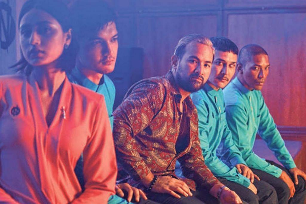 LAKON SIRI: Aric (kanan) berlakon di samping bintang Malaysia (dari kiri) Rubini, Izzat Mushtaq, Sharnaaz Ahmad dan Fezrul Khan dalam siri 'Devoted' yang ditayangkan menerusi Viu Malaysia. - Foto VIU MALAYSIA