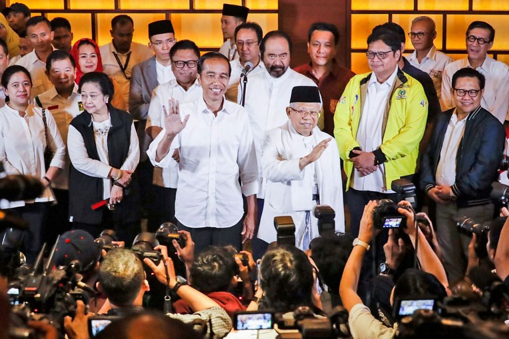 MINTA BERSATU: Presiden Joko Widodo dan Encik Ma'ruf Amin selepas pengumuman keputusan tidak rasmi di Jakarta, Indonesia, kelmarin. Beliau mengajak warga Indonesia supaya kembali merapatkan saf sebagai abang adik ekoran berlalunya persaingan sengit antara beliau dengan pencabarnya Prabowo Subianto dalam pilihan raya presiden. - Foto EPA-EFE