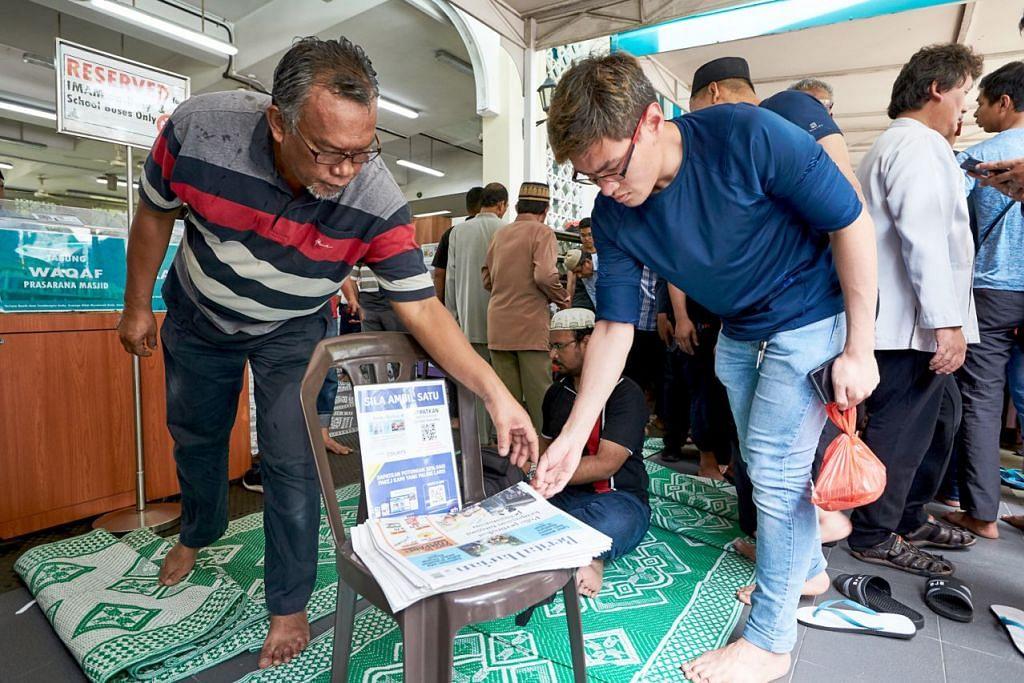 DEKATI PEMBACA: Jemaah di semua masjid di sini berpeluang mendapatkan naskhah 'Berita Harian' secara percuma hari ini. Gambar ini dirakam Jumaat lalu. - Foto BH oleh ROSLEE RAZAK.
