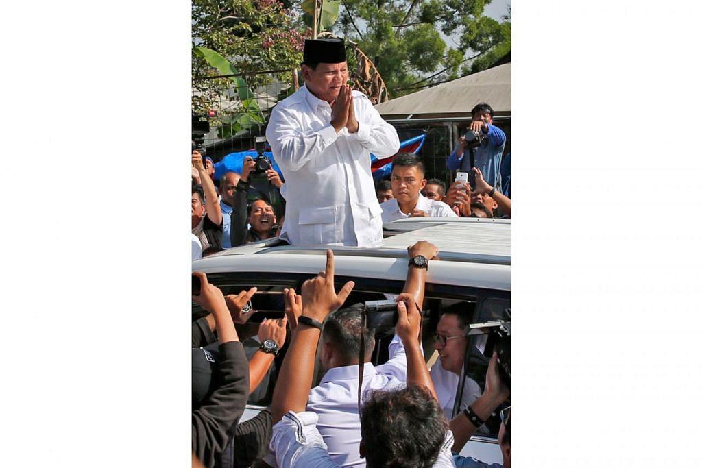 DIKERUMUN PENYOKONG: Presiden Joko Widodo dan calon Presiden Prabowo Subianto (gambar atas) masing-masing dikerumun penyokong mereka semasa hari mengundi Pilihan Raya Presiden kelmarin. - Foto-foto AFP, REUTERS