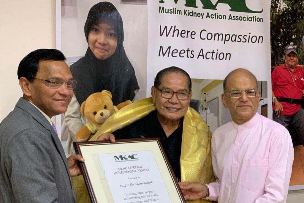 TERIMA PENGIKTIRAFAN: Pesuruhjaya Tinggi Sri Lanka di Singapura, Encik Ameer Ajwad (kiri) dan Presiden MKAC, Encik Ameerali (kanan) menyampaikan sijil anugerah kepada Mejar Haji Ibrahim (tengah) dalam majlis penyampaian Anugerah Pencapaian Seumur Hidup MKAC baru-baru ini. - Foto MKAC