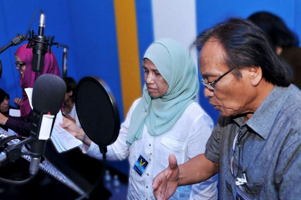 KENANGAN MANIS: S. Sahlan (kanan) sewaktu membuat rakaman rancangan drama radio 'Pentas Radio', di Warna 94.2 Mediacorp. - Foto fail