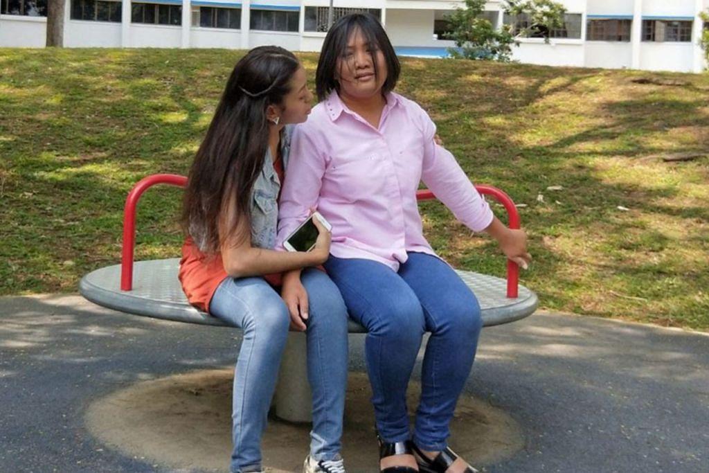 LAKONAN MENGESANKAN: Seriwahyuni (kanan) dalam salah satu adegan telemovie khas Hari Ibu, 'Bonda', sebagai seorang penderita masalah gangguan mental, 'bipolar', bersama Habriyah Nasir yang berlakon sebagai anaknya. - Foto fail.