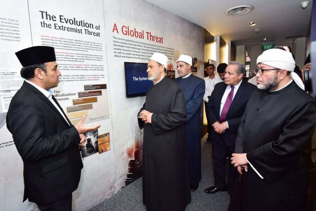 TINJAU USAHA TANGANI FAHAMAN EKSTREM: Imam Besar Universiti Al-Azhar, Syeikh Ahmed Al-Tayyeb (dua dari kiri), diberi taklimat oleh Naib Pengerusi Kumpulan Pemulihan Keagamaan (RRG), Ustaz Dr Mohamed Ali (kiri), mengenai usaha RRG menangani ideologi ekstrem. Bersama mereka ialah pengerusi bersama RRG, Ustaz Mohd Hasbi Hassan (kanan). - Foto fail MUIS