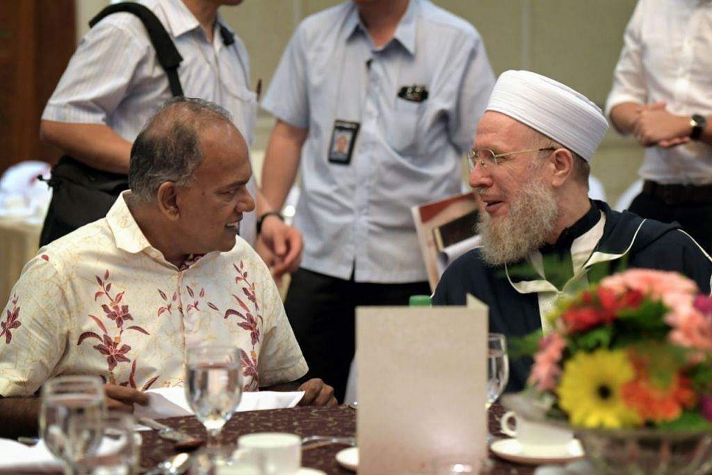 HUBUNGAN BAIK ANTARA RRG DENGAN TOKOH ISLAM ASING: Menteri Ehwal Dalam Negeri merangkap Undang-Undang, Encik K. Shanmugam (kiri), bercakap dengan cendekiawan Islam dari Syria, Shaykh Sayyid Muhammad Al-Yaqoubi, di Rahat RRG ke-14 pada tahun lalu. - Foto fail