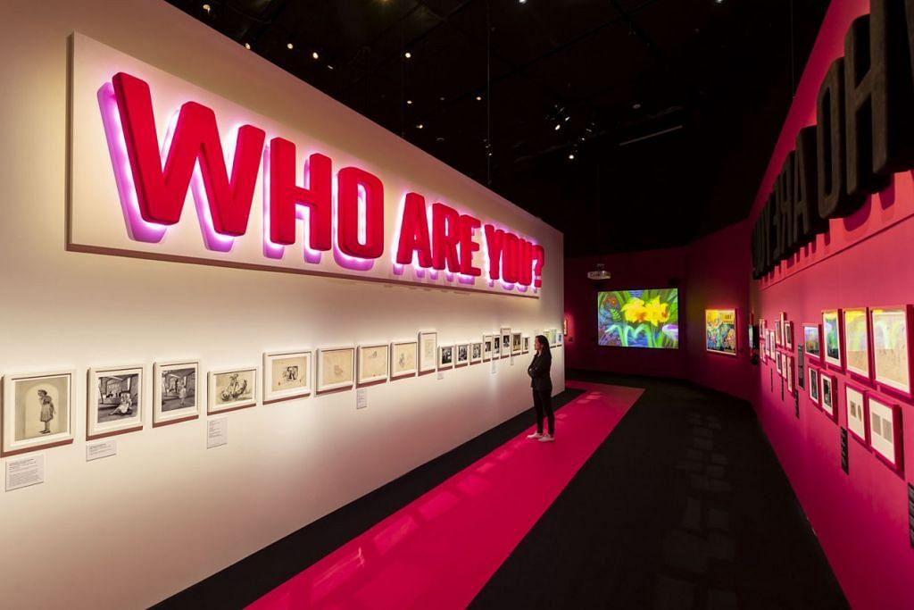 SIAPAKAH ANDA?: Pengunjung pameran 'Wonderland' boleh meneliti antara 300 bahan pameran. Misalnya, terdapat buku edisi pertama, lukisan dan pakaian. - Foto MARINA BAY SANDS