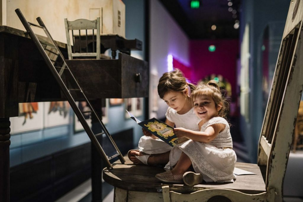 PAMERAN 'WONDERLAND': Pengunjung cilik berpeluang membaca 'The Lost Map of Wonderland' dalam pameran. - Foto MARINA BAY SANDS