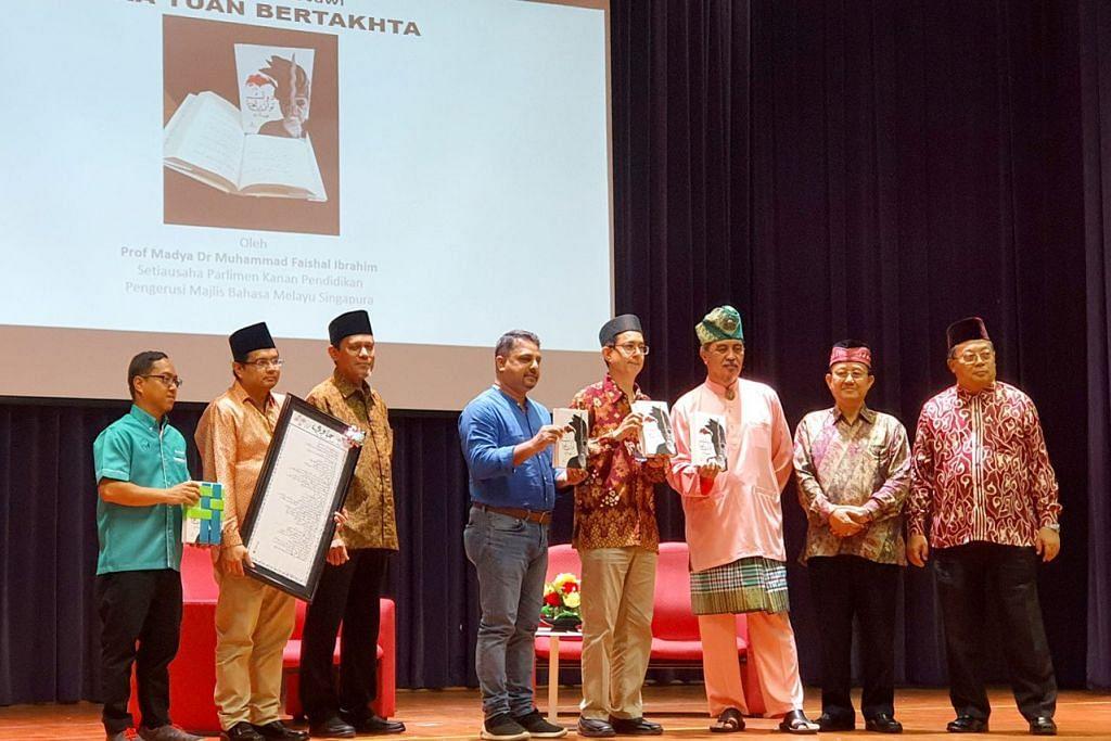 SEMARAK JAWI: Dr Faishal Ibrahim (empat dari kanan) bersama beberapa pengasas Perikatan Tulisan Jawi Singapura termasuk Cikgu Supki Sidek (dua dari kanan). Majlis Semarak Jawi itu turut melancarkan novel 'Duka Tuan Bertakhta' karya Encik Isa Kamari (tiga dari kanan) dalam tulisan Jawi. - Foto NUR ADILAH MAHBOB