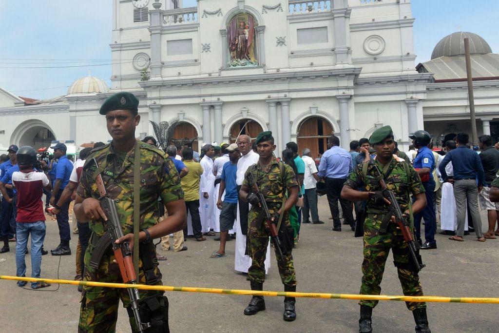 TAHAP KESELAMATAN KETAT: Pegawai keselamatan Sri Lanka berjaga-jaga di luar gereja St. Anthony di ibu kota Colombo yang dikejutkan letupan bom semalam. - Foto AFP