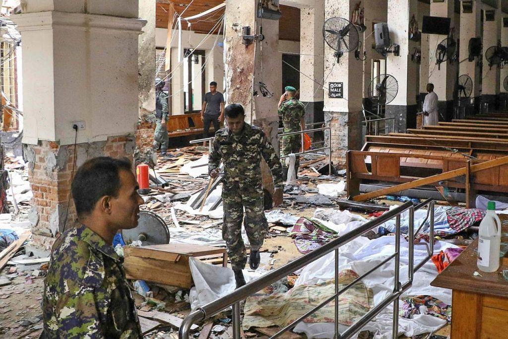 ANGKARA LEDAKAN BOM: Pegawai keselamatan Sri Lanka menjalankan siasatan di dalam gereja St. Anthony's di ibu kota negara itu di Colombo yang turut menjadi mangsa serangan bom semalam. - Foto AFP