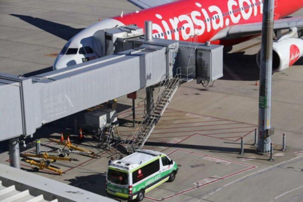 Sebuah ambulans dilihat menunggu di luar pesawat AirAsia ketika ia tiba di Perth susulan kematian bayi berusia dua bulan dalam pesawat dari Kuala Lumpur pagi ini. FOTO: ABC NEWS