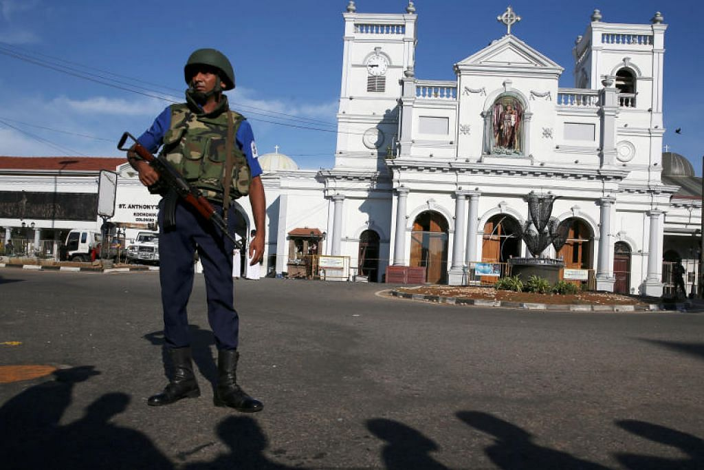 Seorang pegawai keselamatan berdiri di hadapan gereja St Anthony di Colombo. FOTO: REUTERS