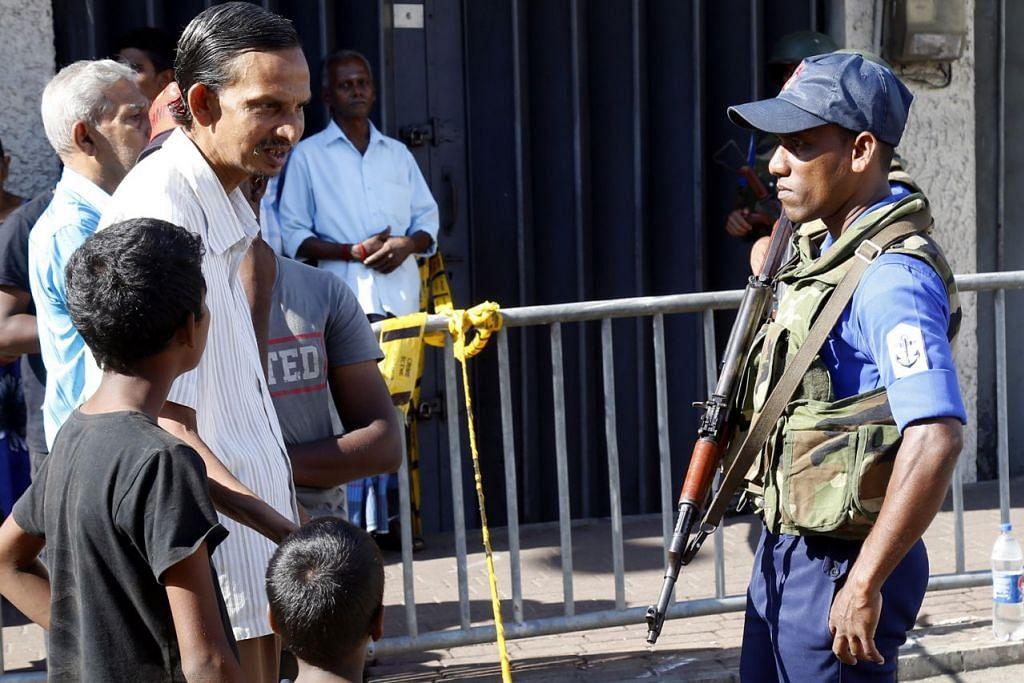 MASIH TEGANG: Pegawai keselamatan Sri Lanka semalam mengawal di luar Gereja St. Anthony di Kochchikade, Colombo, Sri Lanka, yang merupakan salah satu sasaran serangan bom kelmarin. - Foto EPA-EFE