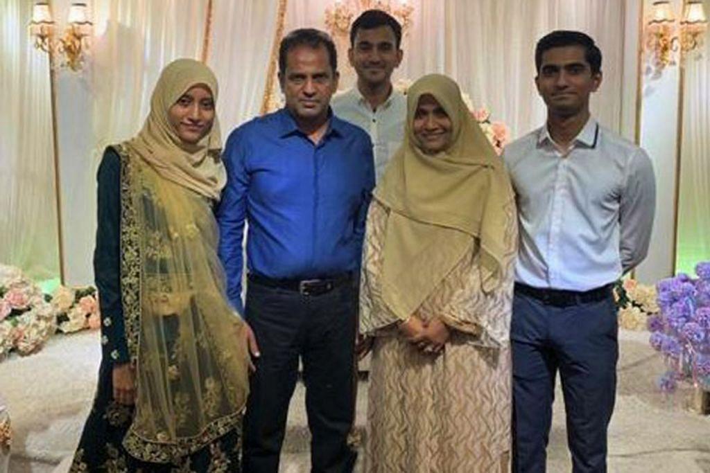 WARGA SINGAPURA DI SRI LANKA: Cik Hasinah (dua dari kanan) bergambar bersama (dari kiri) anak perempuannya Nadiah, suaminya Encik Abdul Rauff serta anak-anak lelakinya Iqbal dan Atheeq di satu masjlis keramaian keluarga. Kecuali Iqbal dan Atheeq yang berada di Singapura, Cik Hasinah dan anggota keluarganya yang lain menetap di Dehiwala, Colombo. - Foto ihsan HASINAH MOHAMED