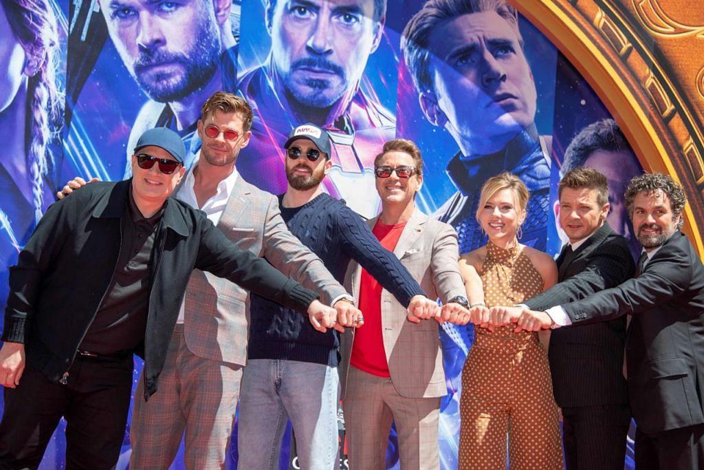 JELAJAH PROMOSI: (Dari kiri) Presiden Marvel Studios/Penerbit Kevin Feige; pelakon Chris Hemsworth; Chris Evans, Robert Downey Jr;, Scarlett Johansson; Jeremy Renner dan Mark Ruffalo bergambar bersama di Hollywood, California, sempena tamat jelajah promosi 'Avengers: Endgame'. - Foto AFP