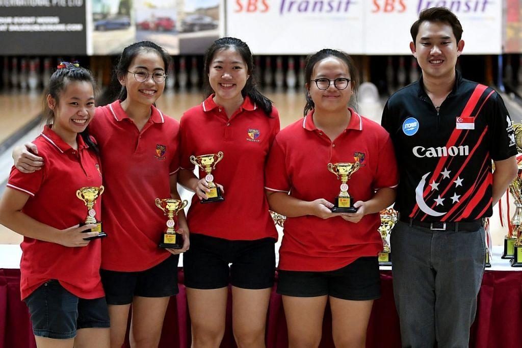 JOHAN: (Dari kiri) Raechel, Lovelle, Nicole dan Karen, semuanya dari ACJC, bersama pemain bowling kebangsaan, Muhammad Jaris Goh, di majlis anugerah Kejohanan Bowling Sekolah Nasional Divisyen 'A' 2019. - Foto BH oleh LIM YAOHUI
