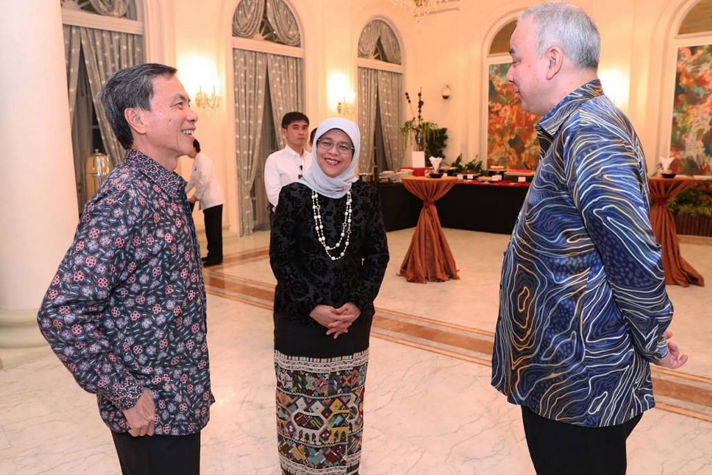 ERAT HUBUNGAN: Presiden Halimah berinteraksi bersama Sultan Nazrin (kanan) dan Encik Hsieh Fu Hua (kiri) di Istana kelmarin. - Foto MCI