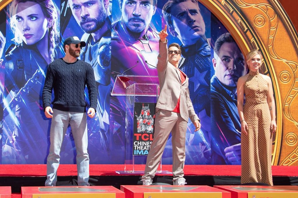 TARIKAN UTAMA: (Dari kiri) Chris Evans selaku Captain America, Robert Downey Jr. sebagai Iron Man dan Scarlett Johansson yang menghidupkan watak Black Widow, memiliki tarikan semberani yang 'memancing' ramai menonton Avengers: Endgame. - Foto AFP