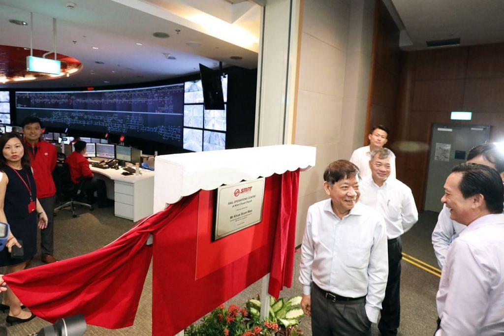PUSAT UJI KERETA API: Encik Khaw (depan plak), yang melawat pusat kawalan operasi (OCC) laluan MRT Utara-Selatan Timur-Barat baru SMRT di depoh Kim Chuan semalam mengumumkan pembangunan ITTC yang bakal menjadi pusat ujian pertama sejenisnya di Asia Tenggara apabila siap menjelang 2022. - Foto SPH