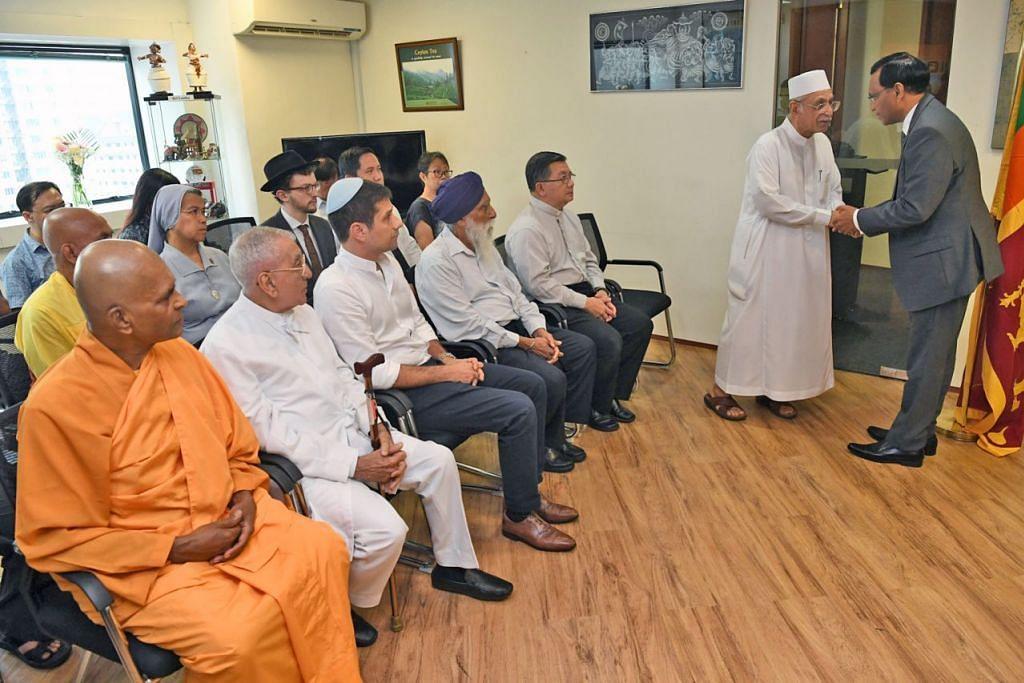 PERINGATI MANGSA: Imam Masjid Ba'alwie Habib Hassan Al-Attas berjabat tangan dengan Pesuruhjaya Sri Lanka ke Singapura, Encik O. L. Ameer Ajwad selepas satu sesi berdoa anjuran IRO semalam yang turut memperingati mangsa serangan Sri Lanka. - Foto BH oleh DESMOND FOO