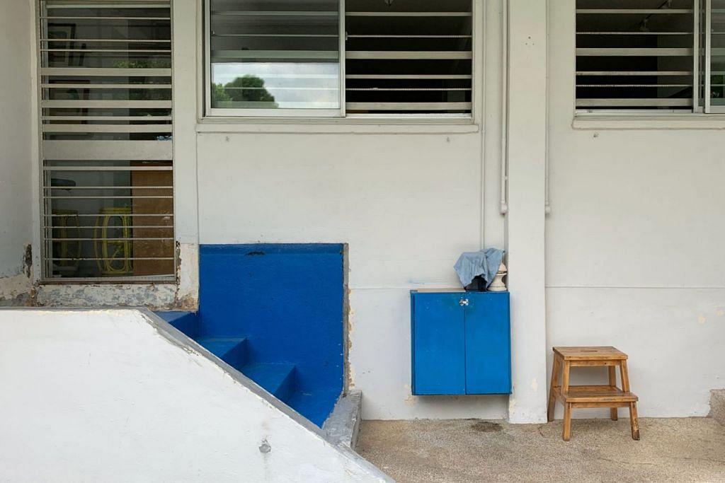 DITANGGAL: Pemilik flat di Tampines Street 41 telah menanggalkan tangki ikan di tangga pintu rumahnya. - Foto BH oleh TOH TING WEI