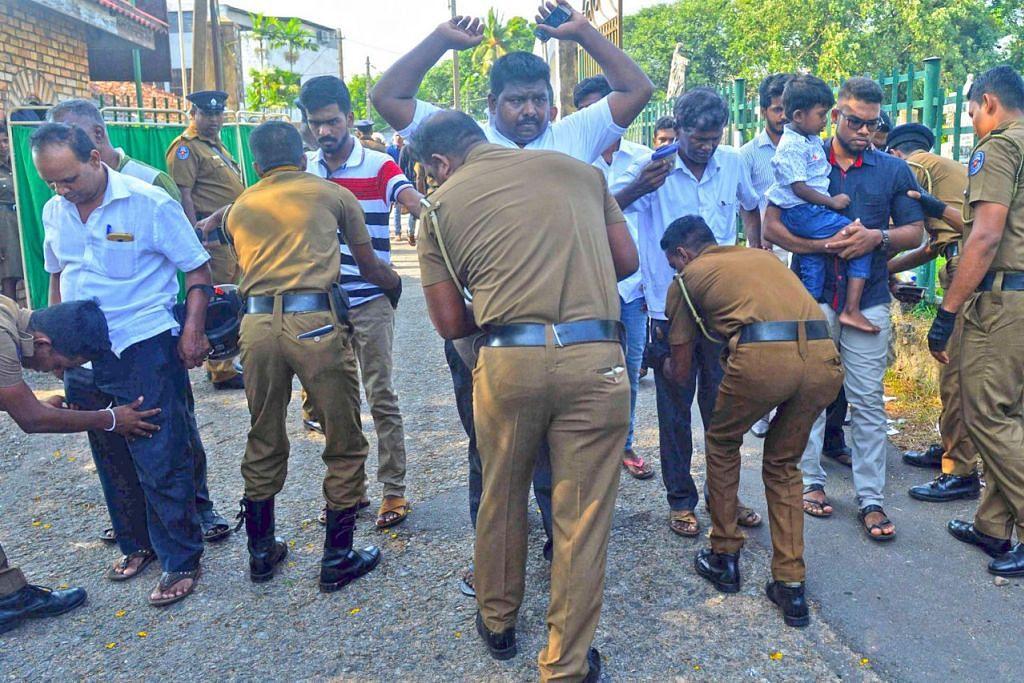 PEMERIKSAAN RAPI: Anggota polis Sri Lanka memeriksa orang ramai yang menghadiri upacara pengebumian korban serangan bom di Colombo, tiga hari selepas serangan bom itu yang membunuh 359 orang dan lebih 500 yang lain cedera. - Foto AFP