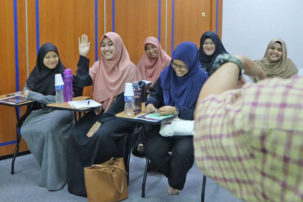 BIMBING ASATIZAH MUDA: Cik Nurjannah Shonar (dua dari kiri) menyertai program kepimpinan anjuran Young Asatizah Assembly (YAA), Persatuan Ulama dan Guru-Guru Agama Islam Singapura (Pergas). - Foto PERGAS