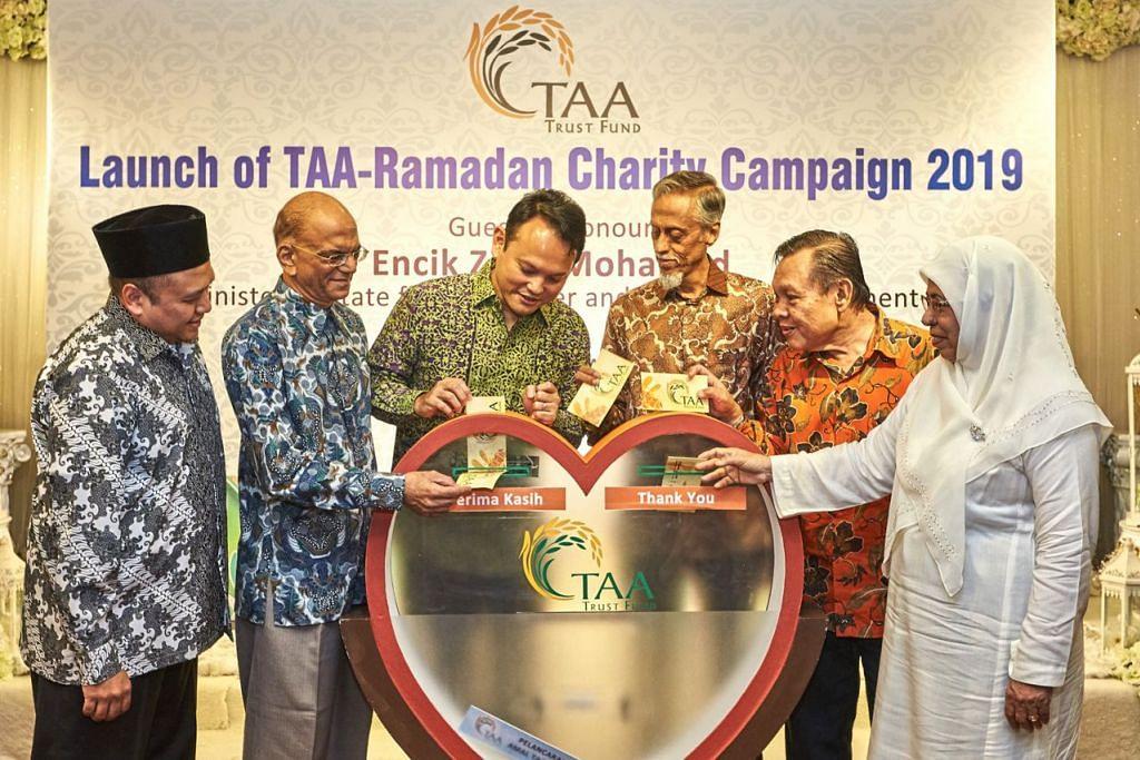 RINGANKAN BEBAN: Encik Zaqy (tiga dari kiri) bersama (dari kiri) Encik Harmizan dan anggota-anggota lembaga pengamanah Encik Ameerali Abdeali, Encik Izzuddin Taherally, Encik Hamsani Raoh dan Cik Fatimah Azimullah bersama-sama melancarkan kempen Ramadan TAA tahun ini di Orange Ballroom, Tanjong Katong Complex semalam. - Foto BH oleh ROSLEE ABDUL RAZAK