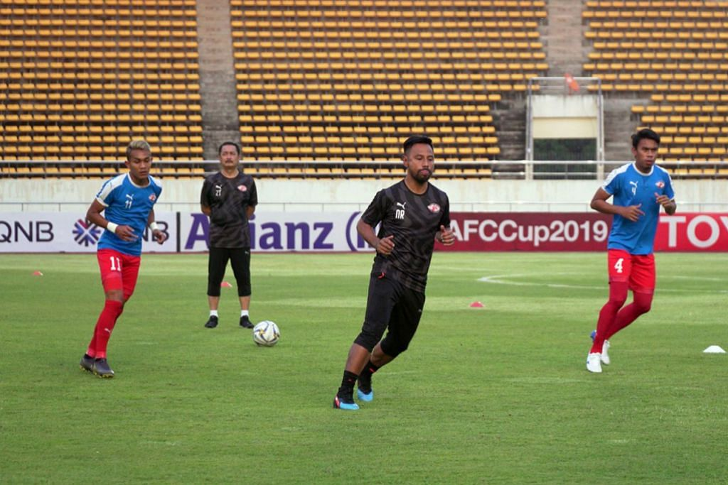 TUGAS BESAR: Noh Rahman (tengah) mahu pemainnya terus mempamerkan persembahan cemerlang apabila menentang Albirex petang ini. - Foto HOME UNITED