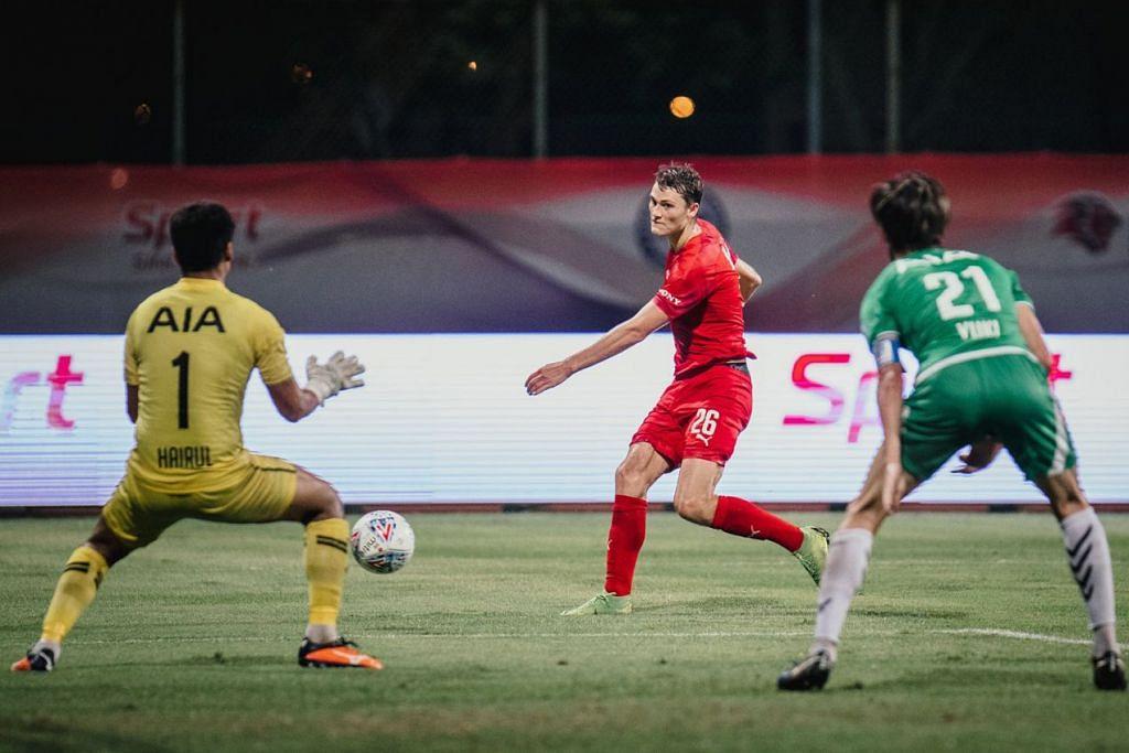 MUKA BARU: Walaupun baru menyertai Home United bulan lalu, Puflett (tengah) tidak membuang masa untuk menunjukkan bakatnya dengan menjaringkan tiga gol dalam tiga perlawanan sejauh ini. - Foto FB HOME UNITED