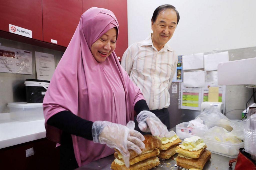 YANG KEKAL: Encik Lee (kanan) akui sukar mendapatkan pekerja Muslim namun bersyukur kerana masih ada kakitangan lama seperti Cik Rukiah Aliman (kiri) yang sudah bertahun bekerja dengannya. - Foto BM oleh GAVIN FOO