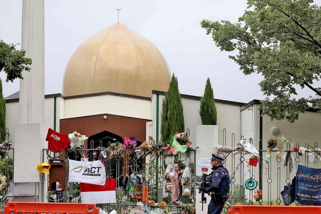 KESAN SERANGAN DI CHRISTCHURCH: Seorang pegawai polis bersenjata berkawal di luar Masjid Al Noor (gambar atas), salah satu masjid di mana 50 orang terbunuh apabila seorang pengganas kulit putih menyerang pada 15 Mac lalu di Christchurch. - Foto AFP