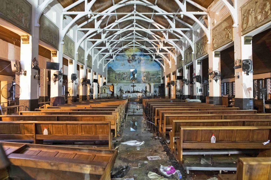 KEMUSNAHAN DI SRI LANKA: Inilah keadaan bahagian dalam Gereja St. Anthony (gambar kiri), selepas serangan bom yang mensasarkan gereja dan hotel mewah pada Ahad Easter di Sri Lanka. - Foto AFP