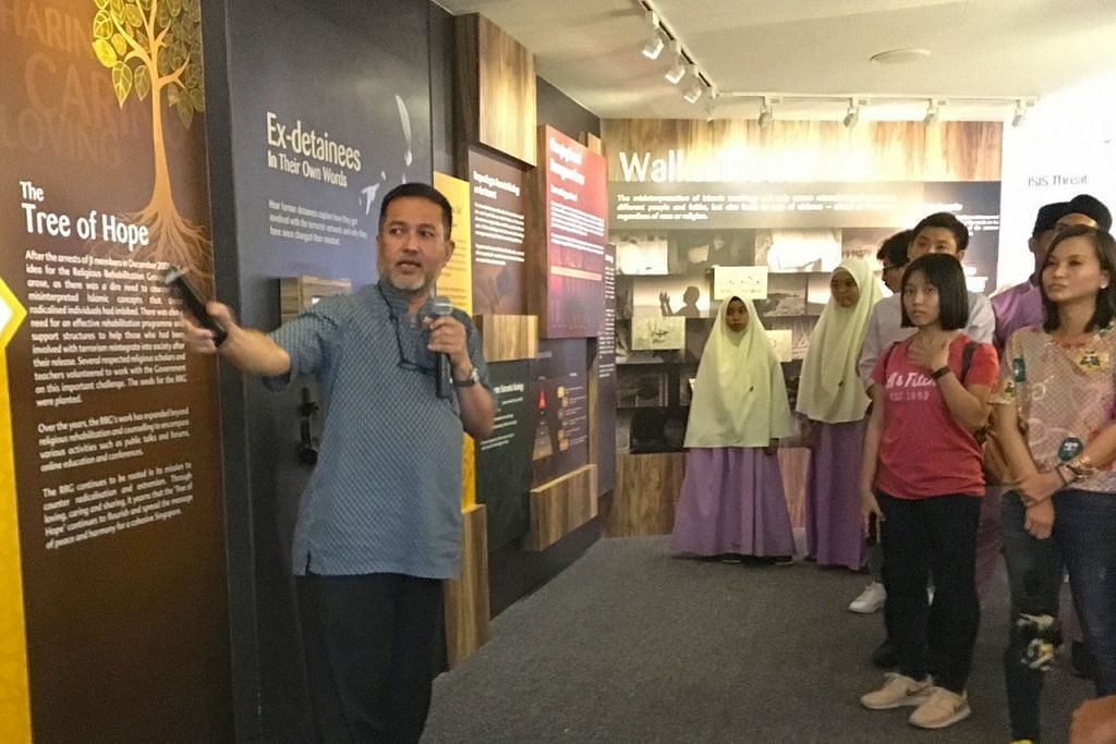 MELAWAT RRG: Selain sesi dialog, peserta telah mengadakan lawatan ke Pusat Sumber RRG yang terletak di Masjid Khadijah untuk mengetahui lebih lanjut tentang usaha kumpulan tersebut membanteras fahaman pelampau di Singapura. - Foto PEJABAT KAWASAN UNDI