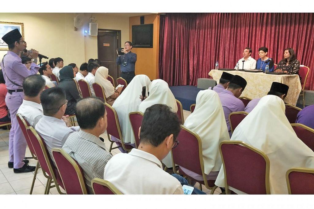 TANYA PAKAR: Pelajar mengemukakan pelbagai soalan mengenai ancaman pengganasan dalam satu sesi dialog bersama pakar. Panelis itu terdiri daripada Ustaz Dr Mohamed Ali, Profesor Fatimah Lateef, dan Dr Jolene Jerard. - Foto PEJABAT KAWASAN UNDI