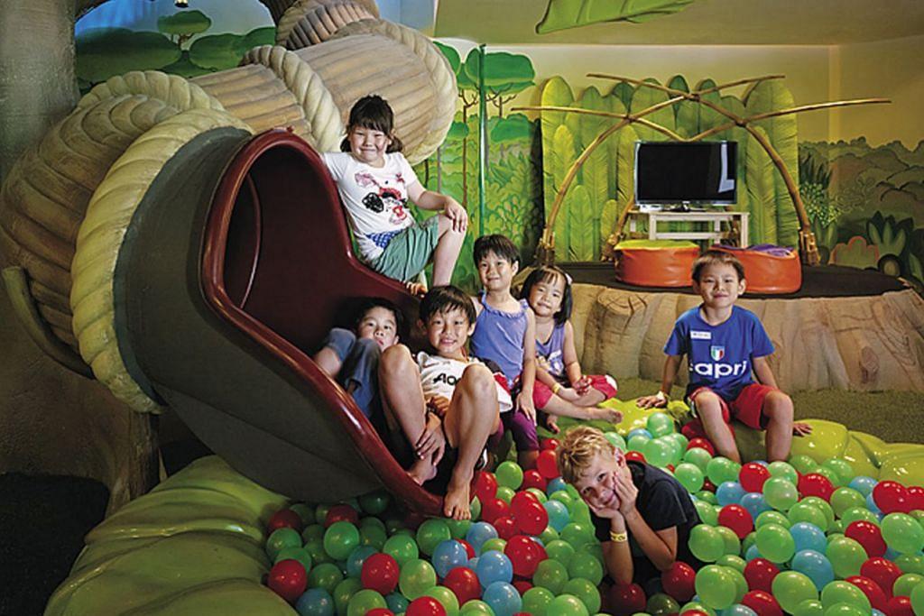 SERONOK BERMAIN: Kanak-kanak boleh bermain dalam 'ball pit' di taman permainan tertutup Resort & Spa Rasa Sentosa Shangri-La. - Foto RESORT & SPA RASA SENTOSA SHANGRI-LA
