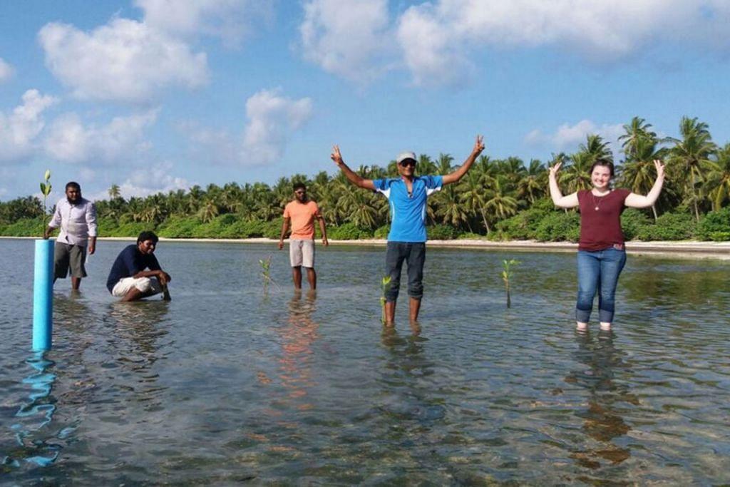MELANCONG SAMBIL BELAJAR TENTANG SEKITARAN: Beberapa pelancong ini dilibatkan dalam kerja memulihara alam sekitar dan lautan dalam kunjungan ke Maldives. - Foto NIA PONTIUS
