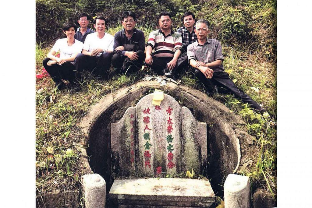 SELIDIK SUSUR GALUR: Saudara-mara Encik Cyprian Lim sebelah ibunya semasa menziarahi kubur nenek moyang mereka di China. - Foto PERSATUAN GENEOLOGI SINGAPURA