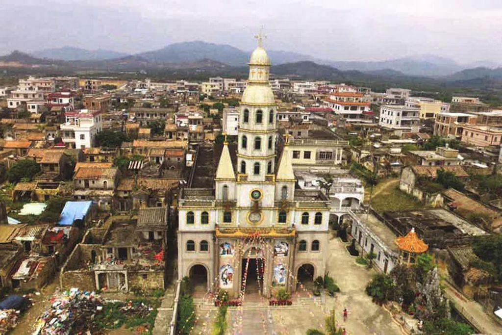 KAMPUNG KATOLIK: Kampung Pek Nay di wilayah Guangdong di China tenggara merupakan kampung nenek moyang Encik Lim. Hari ini kebanyakan penduduk kampung itu merupakan penganut agama Katolik. - Foto PERSATUAN GENEOLOGI SINGAPURA