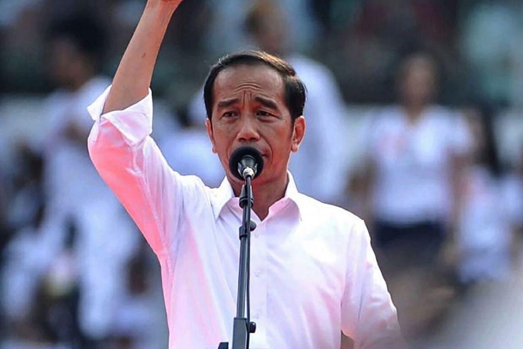 PENGGAL KEDUA: Encik Jokowi (gambar atas) mendahului pesaingnya, bekas ketua tentera Prabowo Subianto, selepas 50 peratus undi dikira. - Foto AFP