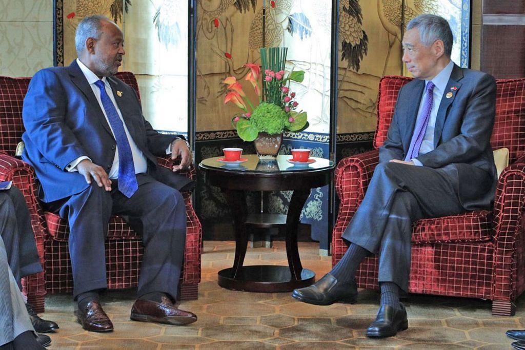 SEKITARAN SERUPA: Encik Lee (kanan) menemui Presiden Djibouti Ismail Omar Guelleh di Beijing kelmarin. Menulis di Facebook, Encik Lee berkata kededua Singapura dan Djibouti adalah negara kecil yang dikelilingi negara jiran lebih besar dan terletak berhampiran laluan perkapalan utama. Kata Encik Lee, mereka berbincang tentang potensi bekerjasama dalam bidang pembangunan bandar dan logistik. - Foto MCI