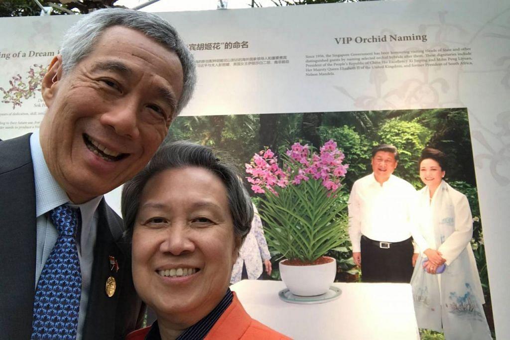 BUNGA ISTIMEWA: Encik Lee bergambar dengan isterinya, Cik Lee di pameran hortikultur kelmarin. Menurut Encik Lee, Singapura telah menamakan bunga anggerik sempena nama Presiden China Xi Jinping dan isterinya Cik Peng Liyuan semasa pasangan itu mengunjungi Singapura pada 2015. Anggerik itu dinamakan Papilionanda Xi Jinping-Peng Liyuan. - Foto MCI