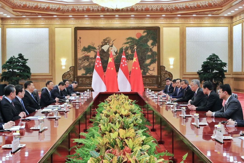 PERTEMUAN PERINGKAT TINGGI: Encik Lee (tiga dari kanan) memimpin rombongan penjawat politik dari Singapura yang bertemu Presiden China Xi Jinping (tiga dari kiri) dan rombongan beliau di Dewan Besar Rakyat di Beijing, semalam. - Foto MCI