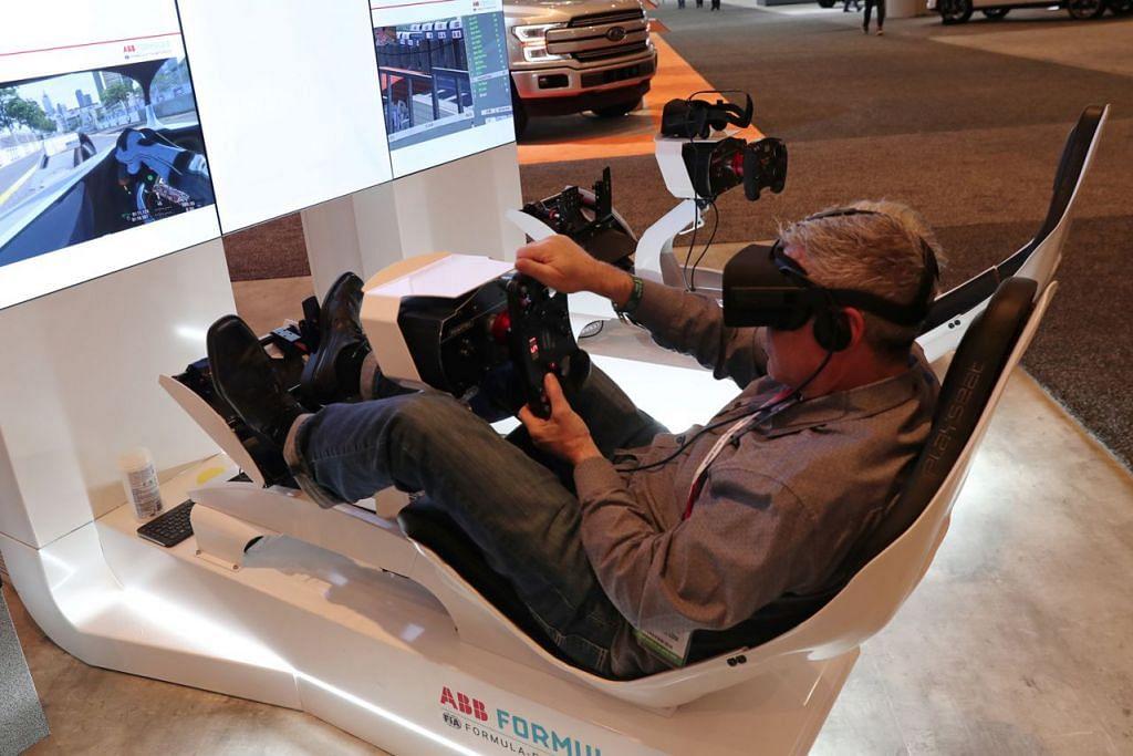 LEBIH CANGGIH: Realiti maya turut digunakan dalam pameran kenderaan seperti yang berlangsung di Pameran Auto Antarabangsa New York, baru-baru ini. - Foto REUTERS